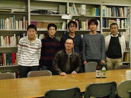 図4-1:メンバー集合写真(2015年4月) 物理部会談話室にて。